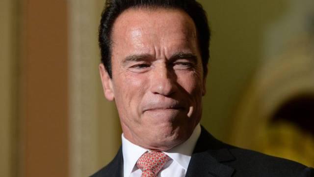 Arnold Schwarzenegger verkneift ein Lachen (Key)