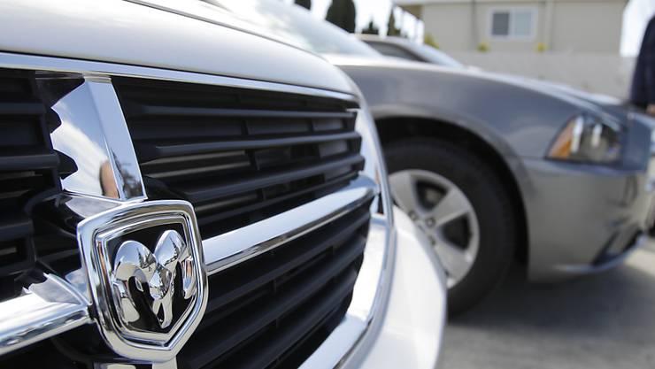 Der Autokonzern Fiat Chrysler muss in den USA wegen Abgasproblemen beinahe 863'000 Autos zurückrufen. Darunter vor allem Fahrzeuge der Marke Dodge.(Archivbild).