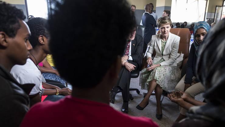 Bundesrätin Simonetta Sommaruga bei der Besichtigung einer Schule des Camps für eritreische Flüchtlinge in Addis Abeba, Äthiopien.