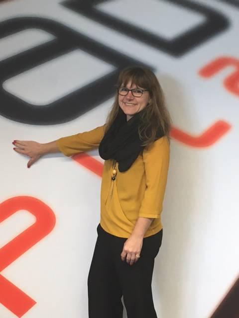 Cornelia Ledermann aus Zell überprüft als Detailshandelsfachfrau EFZ (Beratung Textil) gleich die textile Qualität der «Pilatuswand».