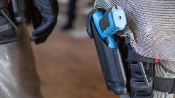 Sieht aus wie eine Schusswaffe, nur blau: Taser der Kantonspolizei Aargau. Die Geräte der Stapo Grenchen sollen in gelb daherkommen.