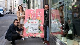 Mit dem «ShopIN»-Plakat, v.l.: Charlie Schmid (Geschäftsführer SGSo), Esther Luterbacher (Geschäftsführung Standortförderung Espace Solothurn), Thomas Schärer (Inhaber Mode Küng).