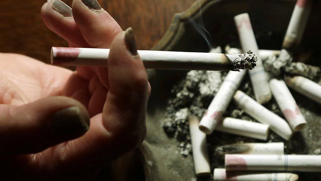 Immer mehr Frauen sterben an den Folgen des Rauchens, während bei den Männern einen gegenläufige Entwicklung zu beobachten ist (Symbolbild)