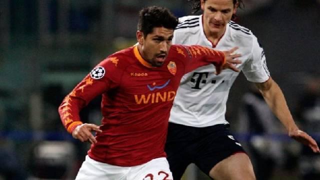 Roma-Stürmer Borriello (l.) hält sich Van Buyten vom Leib