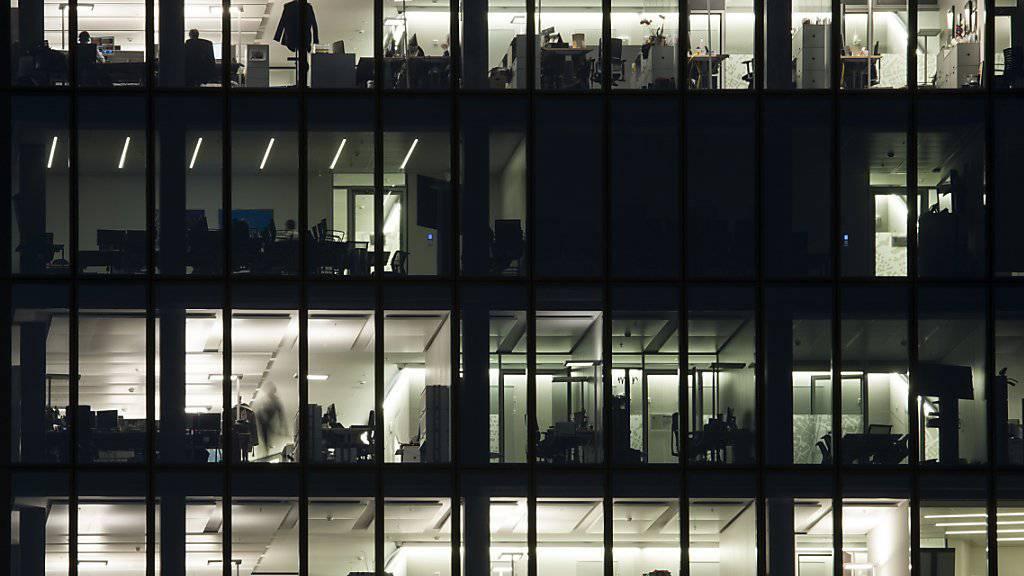 Firmen haben oft Mühe, vakante Positionen neu zu besetzen: Angestellte im Prime Tower in Zürich. (Symbolbild)