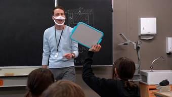 Ein Lehrer einer 7. Klasse testet die Spezialmaske bereits.