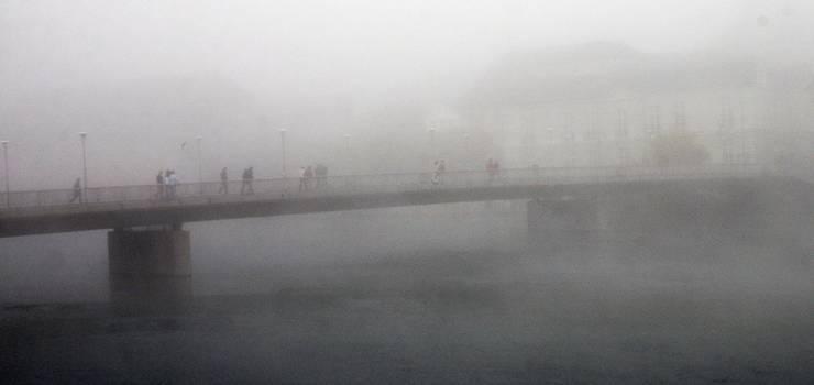 Die Kreuzackerbrücke ist im Nebel kaum zu sehen