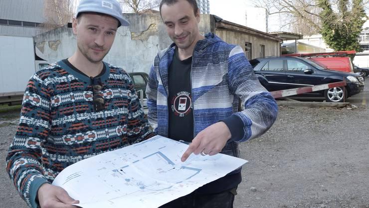 Eres Oron (links) und Marco Schmutz vor dem Gebäude, das künftig ihr Musiklokal sein soll.