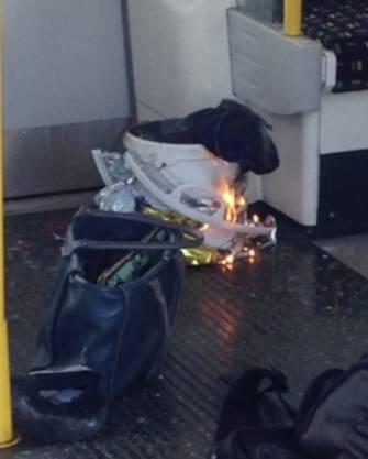 In einem U-Bahn-Wagen kam es zu einer Explosion. Der Inhalt dieser Einkaufstüte soll explodiert sein.