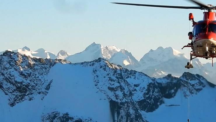 Hilfe naht: Die Rega befreite einen Bergsteiger, der unter einem 500 Kilogramm schweren Felsblock eingeklemmt war.
