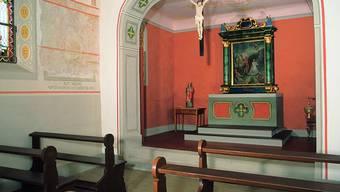 Innenansicht der Kapelle St. Margareta – die rostrote Farbe ist über all die Jahre erhalten geblieben.
