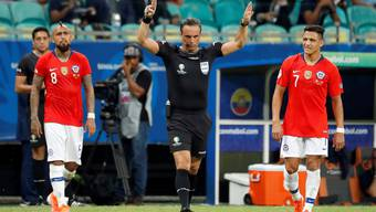 Das Unbehagen, wenn der Schiedsrichter ein Rechteck in den Himmel zeichnet, man sieht es in den Gesichtern von Arturo Vidal (links) und Alexis Sanchez (rechts).