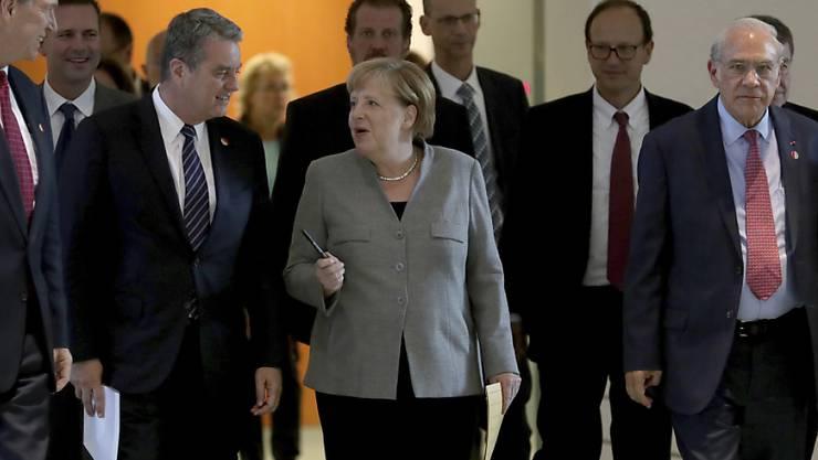 Die deutsche Kanzlerin Angela Merkel (Bildmitte) hat am Dienstag mit den Chefs von weltweiten Institutionen über die Entwicklung der globalen Wirtschaft diskutiert und weise Entscheide im Handelsstreit sowie beim Brexit gefordert.