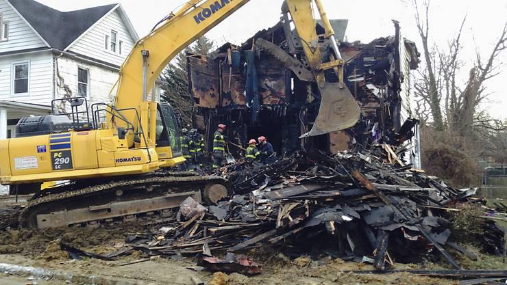 Suche nach der Brandursache in den Überresten des abgebrannten Hauses in Baltimore