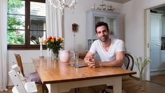 Am Esstisch versammelt sich die Familie, wenn Radiomoderator Philippe Gerber seiner neu entdeckten Leidenschaft frönt – dem Kochen. Alex Spichale