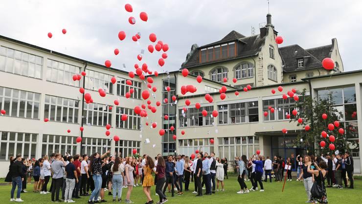 Die Austretenden der Sekundarschule Olten wünschen sich mit Ballonen Glück für ihre Zukunft.