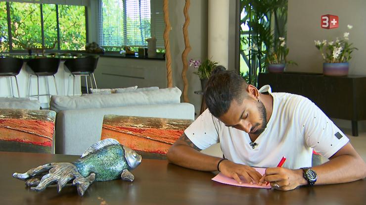 Adela will, dass die Männer ihr in einem Brief ihre Gefühle offenbaren. Davide ist schon fleissig am Schreiben.