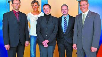 «Handelskammer verstärkt»: Evelyne Binsack (in Weiss) mit (v. l.) Bertram Decker und Marianne Probst, den Neuen im Vorstand (es fehlt Peter Fritschi), Präsident Kurt Loosli und Direktor Roland Fürst. Bruno Kissling