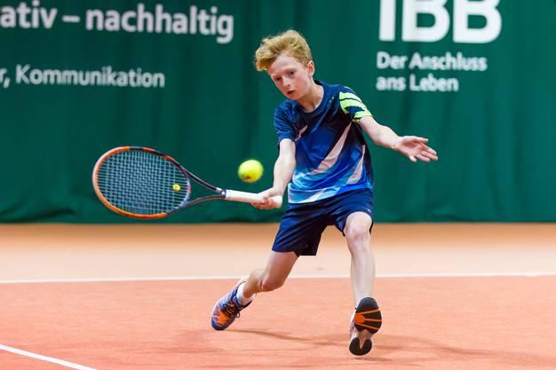 Frederik Tandeter (im Bild) vom TC Brugg sichert sich mit seinem Partner Duri Zimmermann die Bronzemedaille in der Altersklasse U12 des Junioren Interclub.