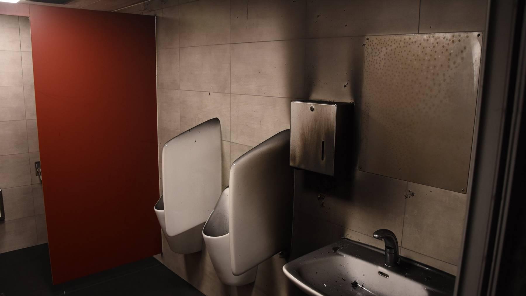 An der Toilette entstand Sachschaden von mehreren tausend Franken.