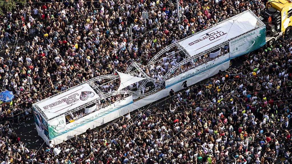Das sind zu viele Menschen: Die Street Parade in Zürich wird auch dieses Jahr aufgrund der Coronapandemie nicht stattfinden. (Archivbild)