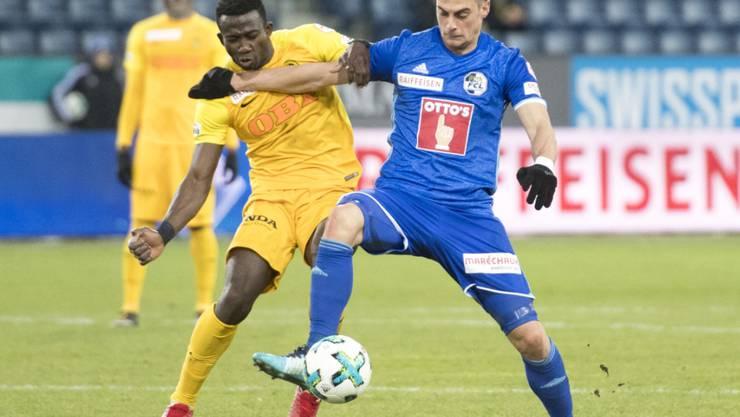 YBs Doppeltorschütze Sekou Sanogo (links) kämpft gegen Luzerns Tomi Juric um den Ball