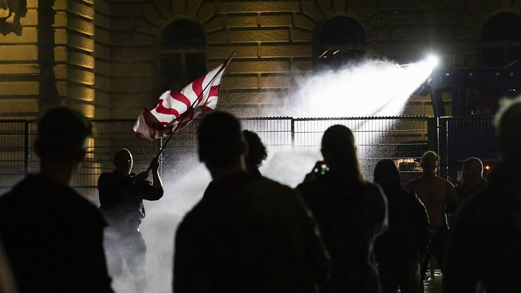 Wasserwerfer gegen Massnahmen-Gegner vor Bundeshaus