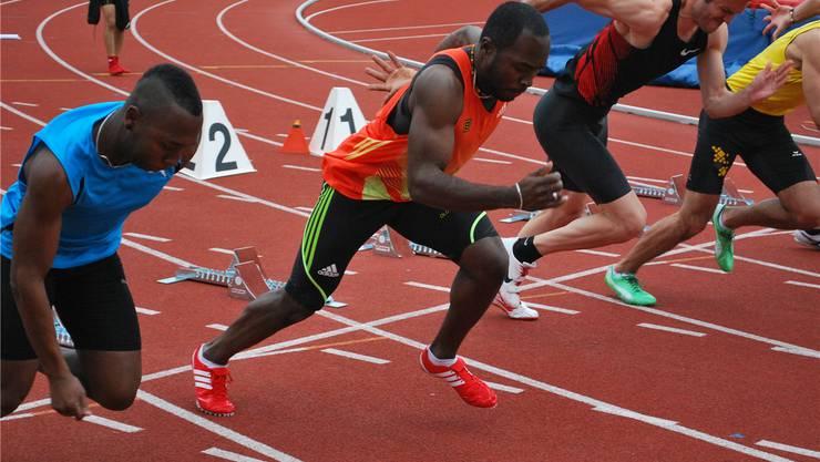 Hat vor dem Meeting lange am perfekten Start gefeilt: Old-Boys-Sprinter Alex Wilson. (2.v.l.)