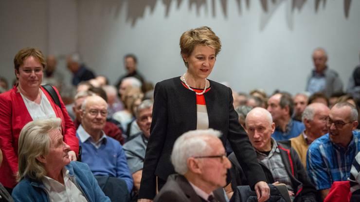 Schreiten der hitzigen Diskussion entgegen: SVP-Nationalrätin Magdalena Martullo-Blocher und Bundesrätin Simonetta Sommaruga.