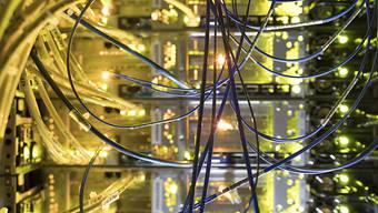 Die Telekommunikationsleitungen laufen in diesen Tagen besonders heiss. Das Bedürfnis der Bevölkerung, zu telefonieren und sich per Computer oder Handy auszutauschen, steigt. (Themenbild)