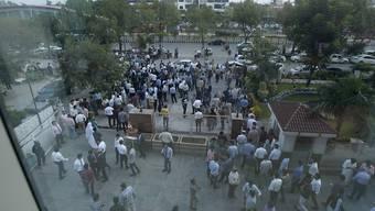 Menschen in Islamabad flüchteten wegen des Erdbebens aus Gebäuden auf die Strasse.