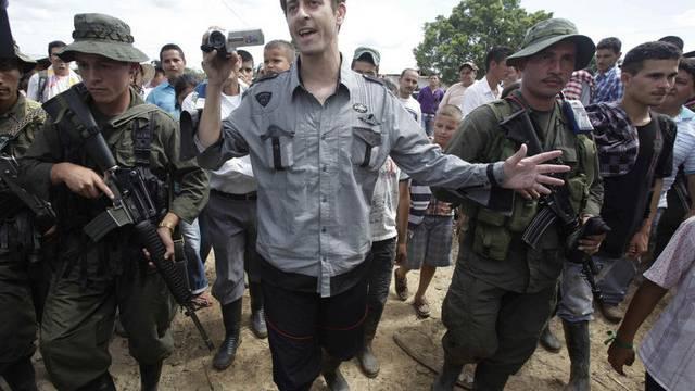 Roméo Langlois wird von FARC-Rebellen eskortiert