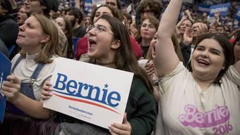Drei junge Frauen unterstützen Sanders bei einem Auftritt an der Universität in New Hampshire lautstark.