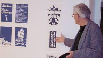 Peter Emch erklärt den Gesprächsteilnehmern seine Werke.