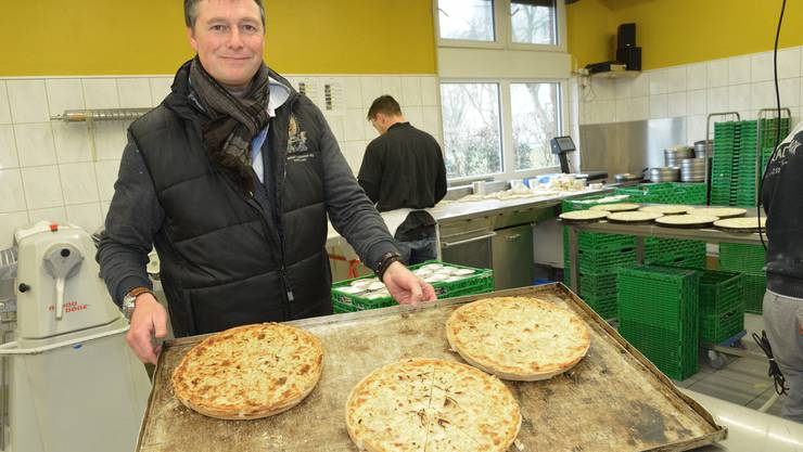 In der Backstube von Sven Schwob (im Bild) schieben die Bäcker seit Oktober Käse- und Zwiebelwähen für die Fasnacht in den Ofen.