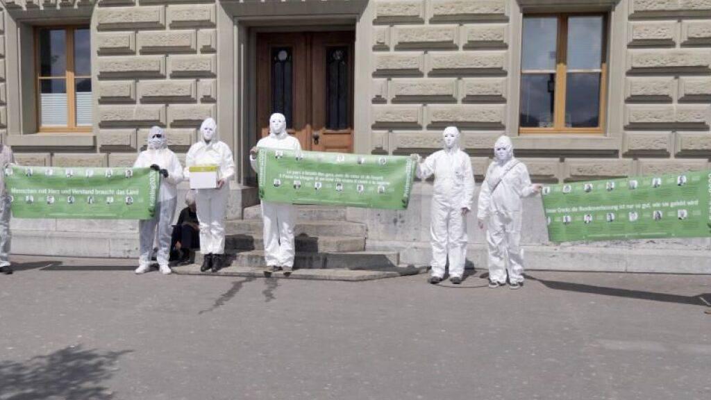 Mitglieder der Bewegung «Frühling2020» vor dem Bundeshaus in Bern. Sie übergaben dort eine Petition mit über 55'000 Unterschriften ans Eidgenössische Parlament.