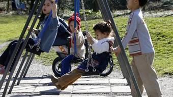 Raucher unerwünscht: Kinder spielen auf einem Spielplatz (Symbolbild)