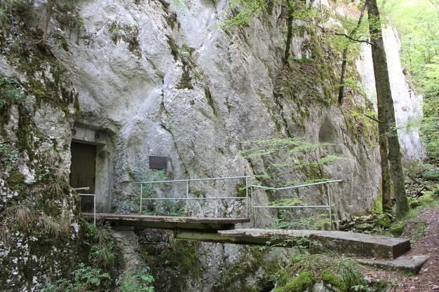 Die Zugangstüre zum Bunker liegt in der Wolfsschlucht