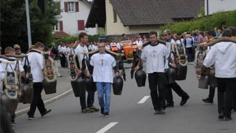 Urschweizer Brauchtum: Der erste grössere Umzug im Freiamt hat mit 10 Trychler-Gruppen am 1. Juli 2017 vor viel interessiertem Publikum in Rottenschwil stattgefunden. AZ-Archiv Toni Widmer