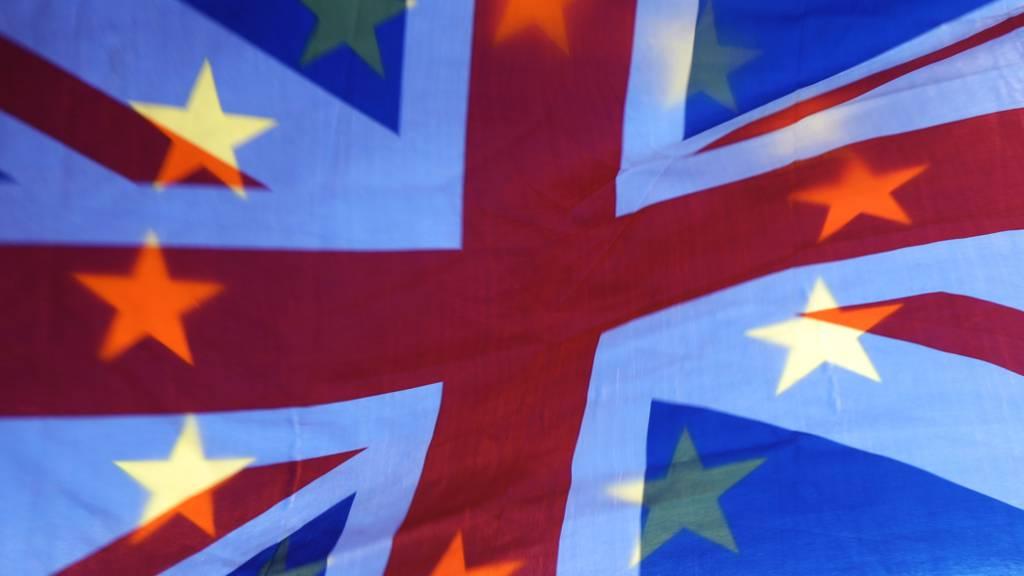 Die Sterne einer EU-Fahne scheinen durch einen britischen Union Jack.