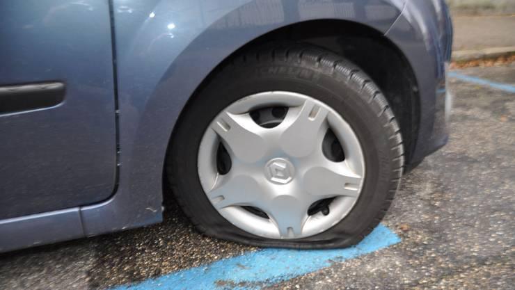 Die Vandalen zerstachen Pneus an mindestens 14 Autos.