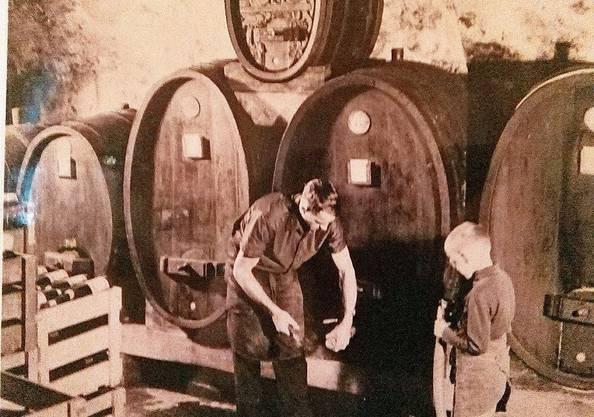Meinrad Steimer als kleiner Bub (r.) mit seinem Vater Josef noch in der alten Trotte. Bild: Sandra Ardizzone