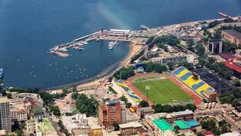 Schön liegt es ja, das Dinamo-Stadion von Lutsch-Energija Wladiwostok. Nur doof, dass es sich für viele Gegner am Ende der Welt befindet.
