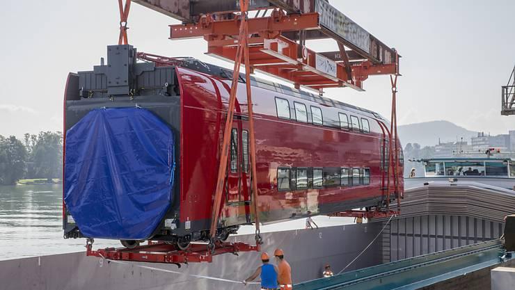 Ein Doppelstocktriebzug von Stadler Rail wird im Rheinhafen Muttenz auf ein Rheinschiff verladen. Der Zug ist im Ausland gefragt: Für die Strecke zwischen San Francisco und dem Silicon Valley kann Stadler Rail Züge im Wert von 551 Millionen Dollar liefern. (Archiv)