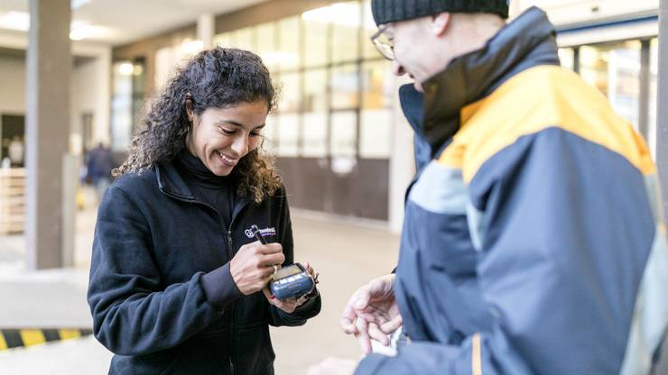 «Bitte unterschreiben!» Der Paketbote Felix Louis verteilt während der Weihnachtszeit täglich rund 350 Päckli in Schlieren.