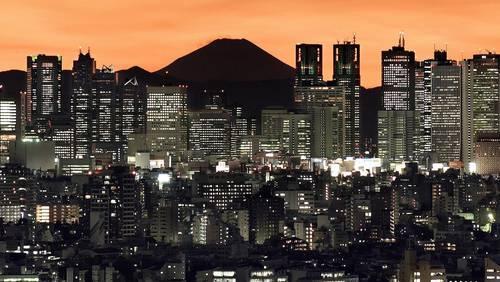 Tokio begeistert weiterhin mit seinen Widersprüchen: ultramodernen, neonbeleuchteten Wolkenkratzern und ruhigen Tempeln, unvergleichlichem Street Style und jahrhundertealter Traditionen.