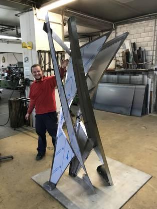 Kunstschlosser Kevin Krah aus Urdorf mit dem Zwischenmodell vor der Zusammenfügung der beiden Hälften. Innen kann man stabilisierende Streben erkennen.