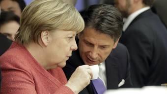 Ihre Meinungen kontrastieren sich wie der Kaffeesatz und das Tässchen: Die deutsche Bundeskanzlerin Angela Merkel und der italienische Premier Giuseppe Conte.
