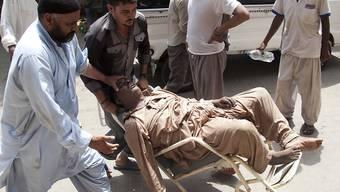 In der Hitze Karachis wird ein Mann zu einem Spital transportiert. Hunderte von Personen sind in Pakistan bereits an den Folgen einer Hitzewelle gestorben.