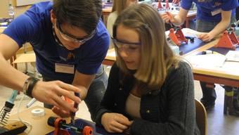 Lehrling Tobias von Rotz zeigt einer Schülerin der Bezirksschule Rheinfelden wie man mit dem Lötkolbenarbeitet. sbö